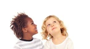Zwei blonde Kinder, die oben schauen Stockbilder