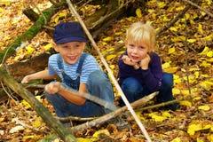 Zwei blonde Kinder im Wald Stockbild