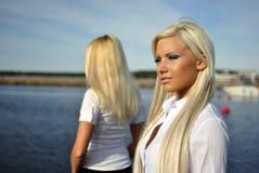 Zwei blonde Mädchen auf dem Strand Lizenzfreie Stockfotografie