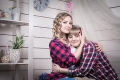 Zwei blonde Schwestern im Raum mit weißen Wänden Lizenzfreie Stockbilder