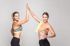 Zwei blonde sexy Frauen, die Endhartes Training sich freuen Lizenzfreies Stockbild