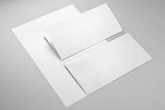 Zwei Blätter Papier und Umschlag Stockfoto