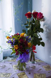 Zwei Blumensträuße auf dem Tisch Lizenzfreie Stockbilder