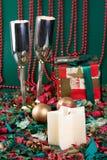 Zwei bocals und Feiertagsgeschenk Lizenzfreie Stockbilder