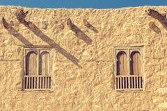 Zwei Bogenfenster auf einer altes rouch Steinwand Lizenzfreie Stockfotografie