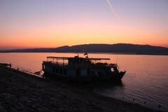 Zwei Boote angekoppelt auf den Banken des Irrawaddy nördlich von Mandalay stockfotografie