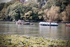 Zwei Boote auf dem Fluss Lizenzfreies Stockbild