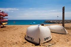Zwei Boote auf dem Strand Viareggio Mittelmeerküste Stockfotos