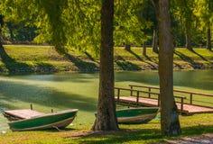 Zwei Boote auf dem Tevere-Fluss stockfotos