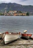 Zwei Boote auf dem Ufer von See Orta Lizenzfreies Stockfoto