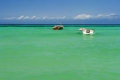 Zwei Boote auf Meer Stockfoto