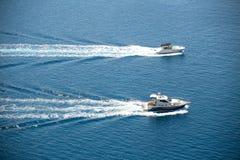 Zwei Boote, die in adriatisches Meer segeln Stockfotos