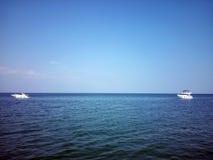 Zwei Boote im Meer Stockbilder