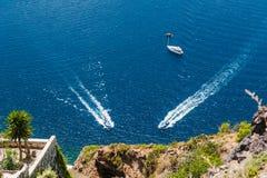 Zwei Boote nahe der Seeküste Stockfotos