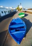Zwei Boote und Palme auf der Küste. Stockbild