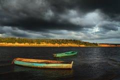 Zwei Boote und stürmischer Himmel Stockfotos