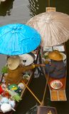 Zwei Boote-zwei Regenschirme Lizenzfreie Stockfotos
