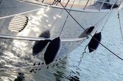 Zwei Bootsfender, die Seite eines Segeln vesselt schützend Stockbilder
