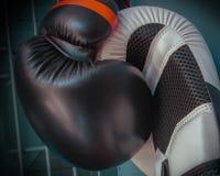 Zwei Boxhandschuhe in der Presse Lizenzfreies Stockfoto