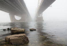 Zwei Brücken in einem Nebel Stockbilder