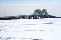 Zwei Brücken tover ein gefrorenes durch dieses nehmen Sie zur Feuer-Insel, NY lizenzfreies stockfoto
