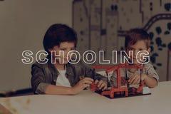 Zwei Brüder bei Grey Table Karussell-Konstruieren lizenzfreie stockfotografie
