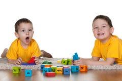 Zwei Brüder, die Blöcke auf dem Fußboden spielen Stockfotos