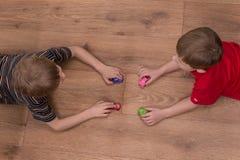 Zwei Brüder, die zu Hause auf Boden spielen Lizenzfreie Stockfotos