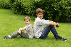 Zwei Brüder haben Spaß im Park - Sommerzeit stockfotografie