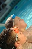 Zwei Brüder im Pool lizenzfreies stockbild