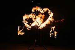 Zwei brennende Herzen gegen einen dunklen Hintergrundabschlu? oben stockbild