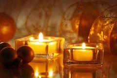 Zwei brennende Kerzen Stockfoto