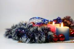Zwei brennende Kerzen mit Dekoration des neuen Jahres Lizenzfreie Stockfotos