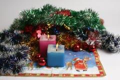 Zwei brennende Kerzen mit Dekoration des neuen Jahres Lizenzfreies Stockbild