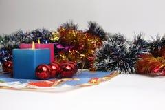 Zwei brennende Kerzen mit Dekoration des neuen Jahres Stockfoto