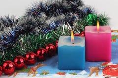 Zwei brennende Kerzen mit Dekoration des neuen Jahres Stockbilder