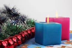 Zwei brennende Kerzen mit Dekoration des neuen Jahres Stockbild