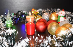 Zwei brennende Kerzen und Weihnachtsbälle Lizenzfreie Stockbilder