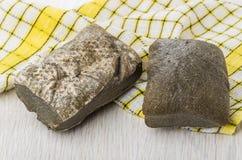 Zwei Brote ciabatta und gelbe karierte Serviette auf Tabelle Stockfotos
