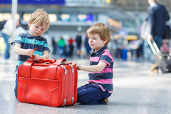 Zwei Bruderjungen, die auf Ferien gehen, lösen am Flughafen aus Lizenzfreies Stockfoto