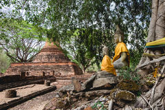 Zwei Buddha-Statuen bei Wat Mahathat, das alte historische Monument in Phichit Stockbilder