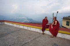Zwei buddhistische Mönche, die auf einem Dach sprechen Stockbild