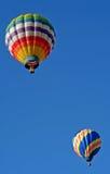 Zwei bunte Heißluft-Ballone Stockfotos