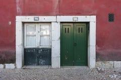 Zwei bunte Holztüren zu einem Gebäude in Lissabon Stockfotos