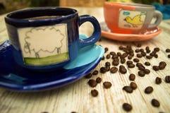 Zwei bunte Kaffeetassen 3 Stockbild