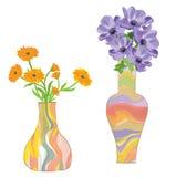 Zwei bunte keramische Vasen mit Blume Stockfotografie