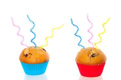 Zwei bunte Muffins verziert Lizenzfreie Stockfotos