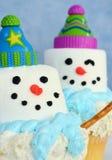Zwei bunte Schneemannkleine kuchen lizenzfreie stockfotos