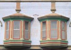 Zwei buntes altes Windows Muster im Stadtzentrum gelegen Stockfotografie