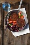 Zwei Burger und Salat des strengen Vegetariers Stockfotografie